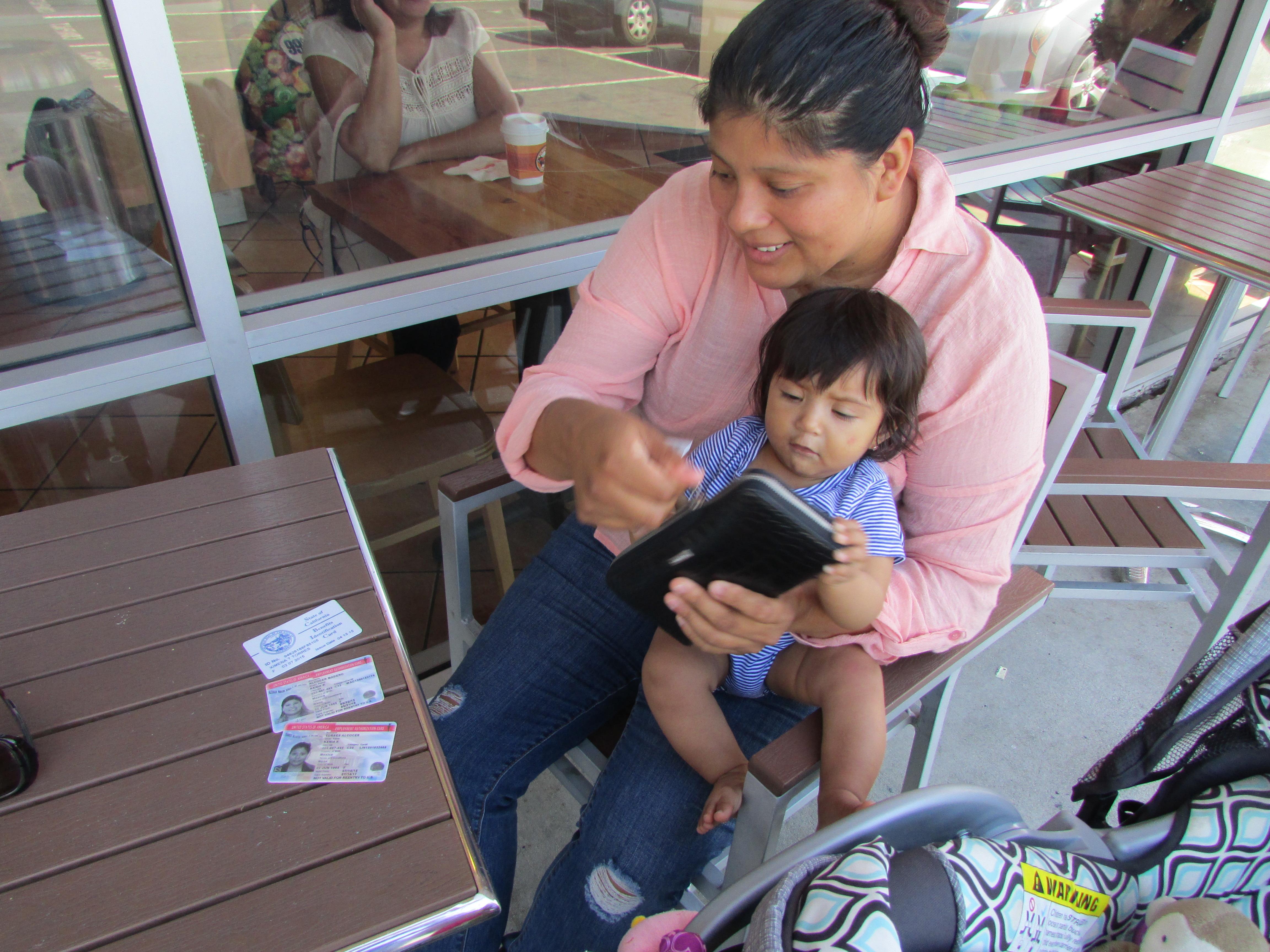 Kenia Carolina Alcocer, una beneficiaria de DACA, supo que tenía derecho a MediCal cuando se embarazó de su nena que ahora tiene siete meses de nacida. Foto: Araceli Martínez.