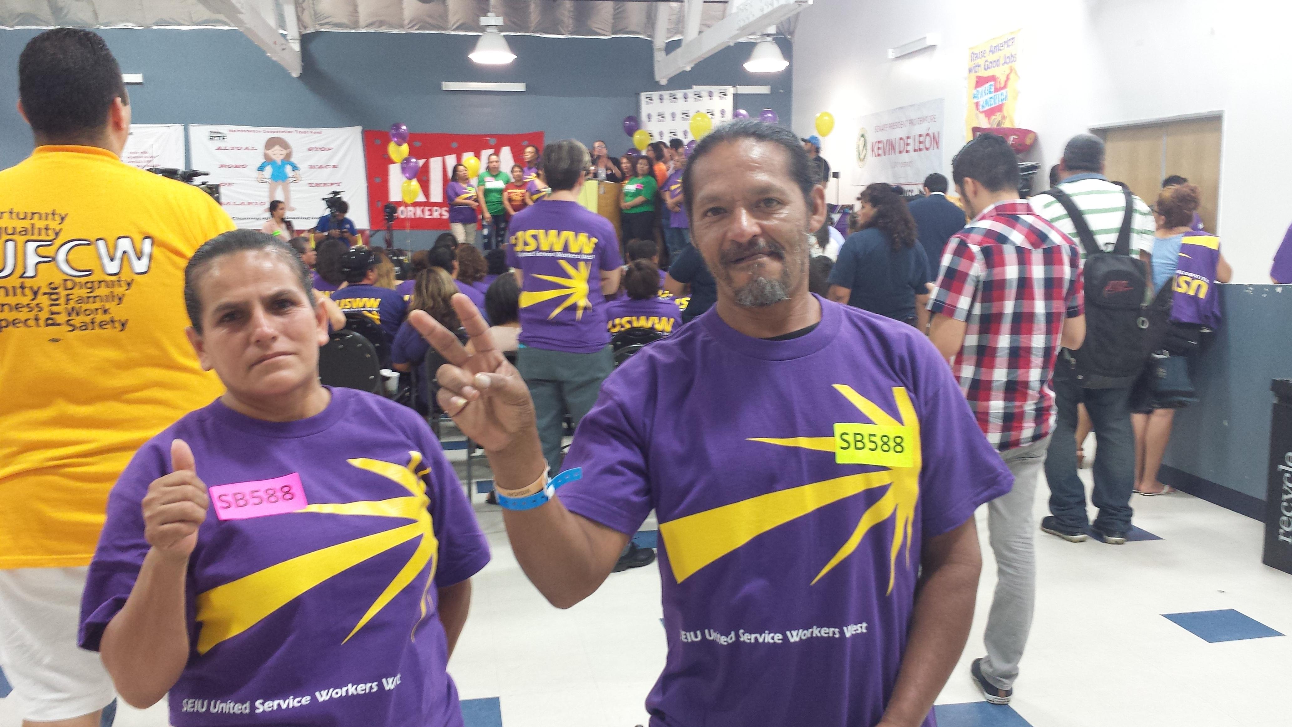 José Cázares y Marina Torres, trabajadores de la limpieza, están felices por la nueva ley. Foto: Rubén Tapia.