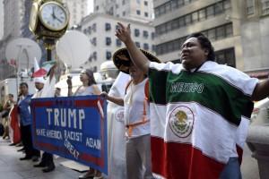 Mexicanos protesdtan frente alas torres de  Trump.
