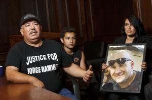 El Sr. Jorge Ramírez y la familia de su hijo, asesinado por la policía de Bakersfield, CA.