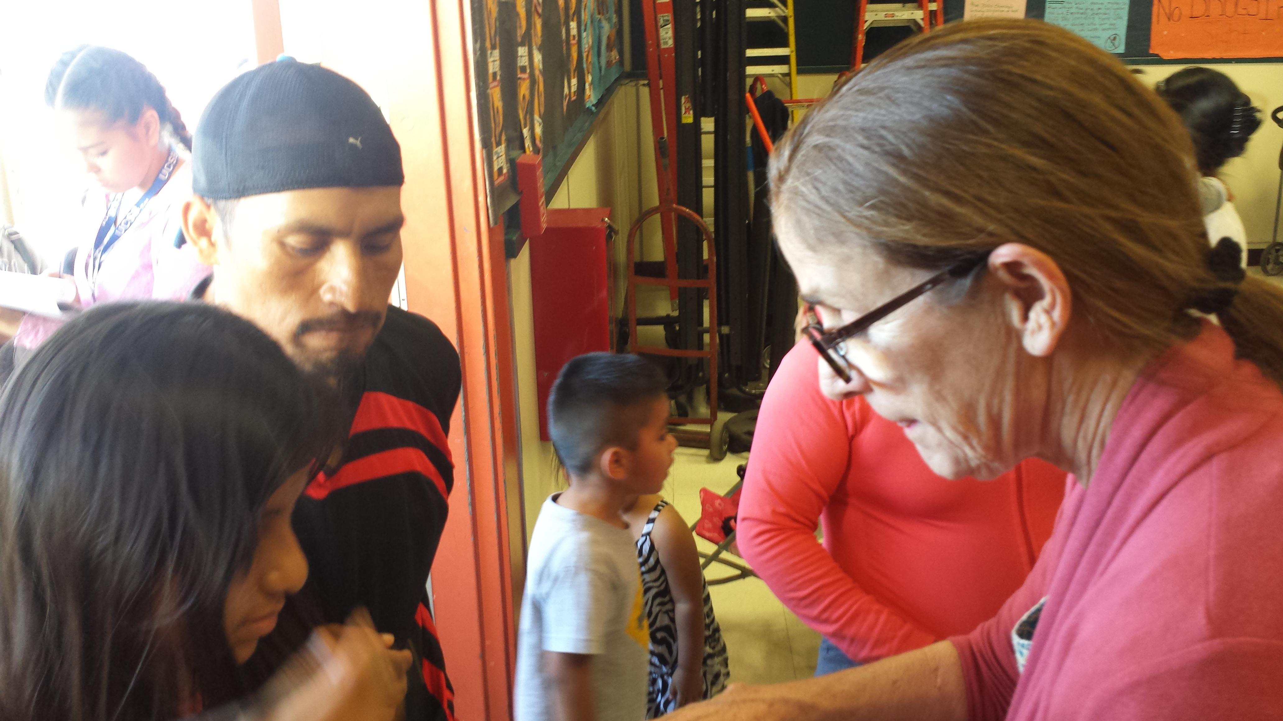 Voluntaria toma datos de familias que van a vacunarse. Foto: Rubén Tapia.