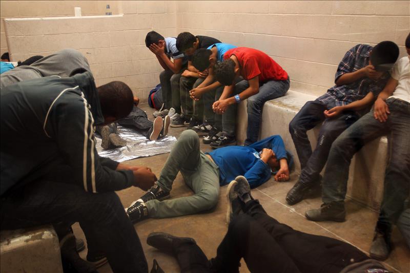 Menores centroamericanos detenidos en la frontera. Foto: Periódico La Opinión.