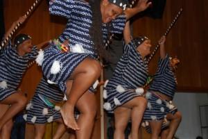 Compañía de Danza Diamano Coura enseña danzas del África Occidental, en Oakland, California.