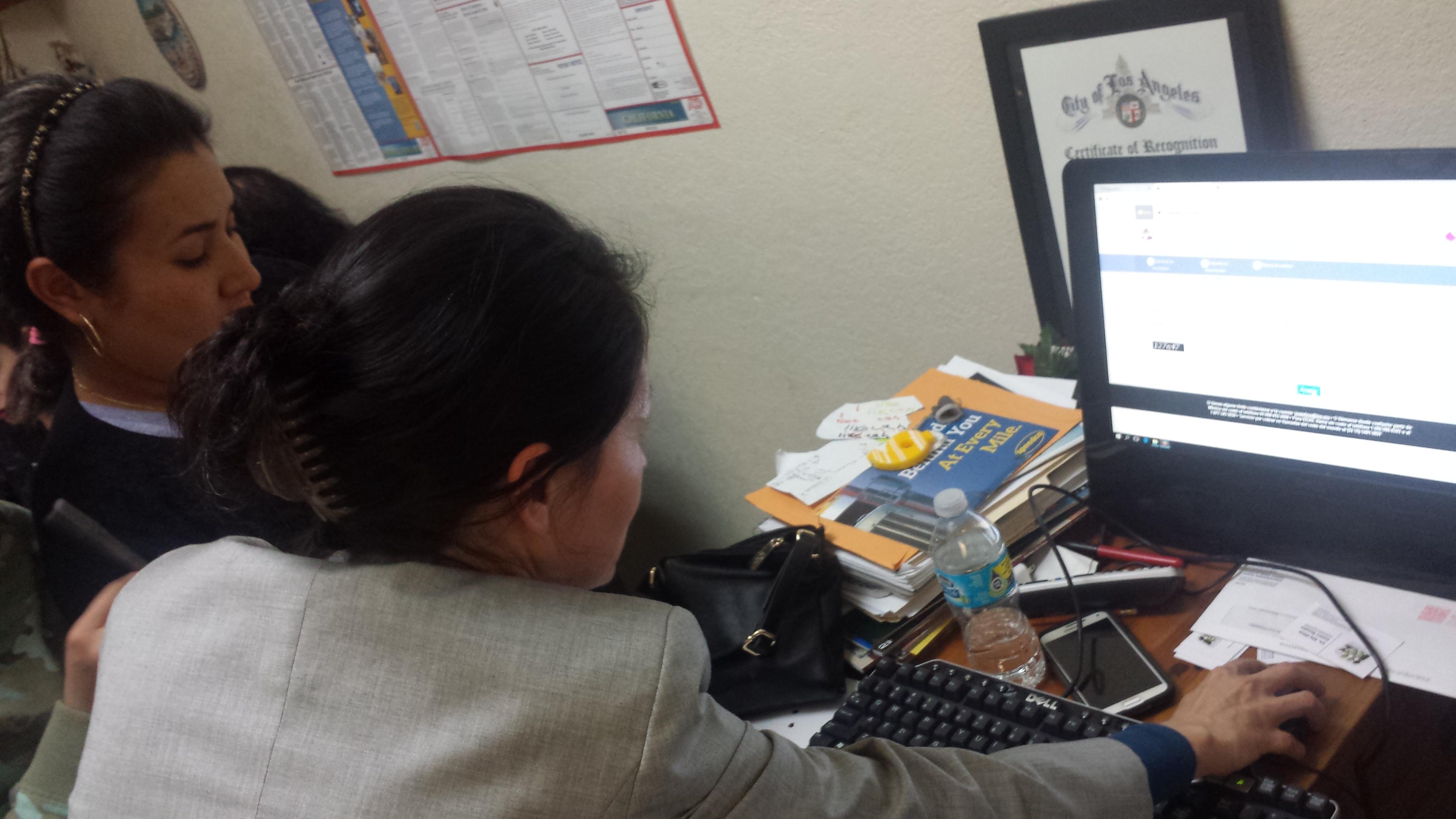 Funcionaria electoral ayuda a Blanca Sifuentes a inscribirse. Fotos: Rubén Tapia.