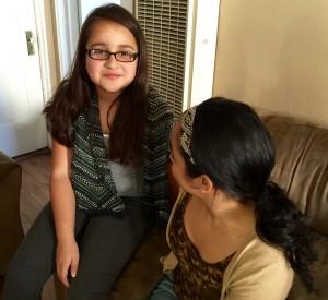 MariCarmen López está muy feliz porque para mayo, su hija Marian de diez años podrá tener acceso al plan estatal de seguro médico Medi-Cal, bajo la nueva ley Salud para Todos. Foto: Araceli Martínez.