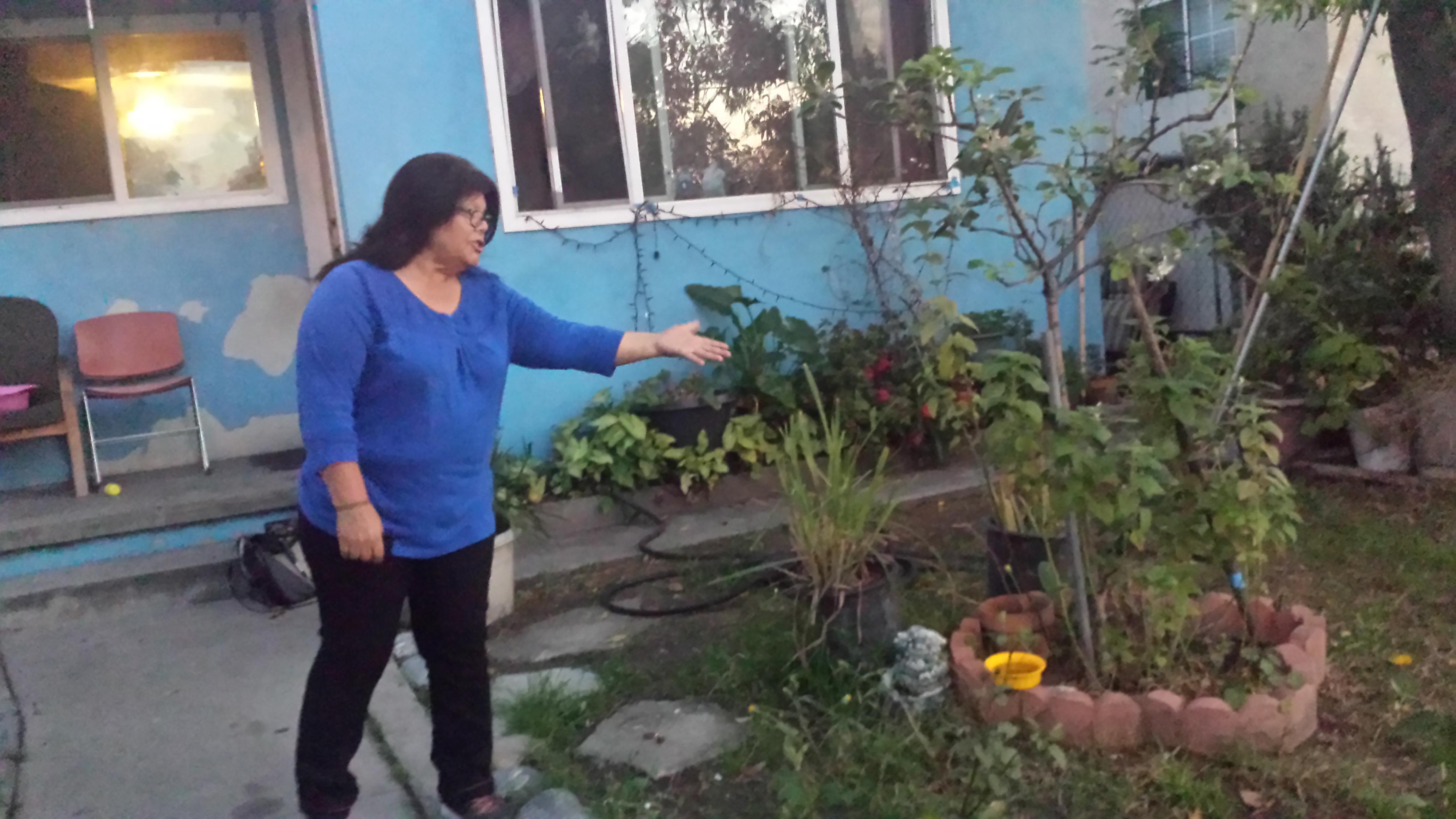 Nicolasa Ramírez, muestra patio contaminado, donde jugaban sus nietos. Foto: Rubén Tapia.