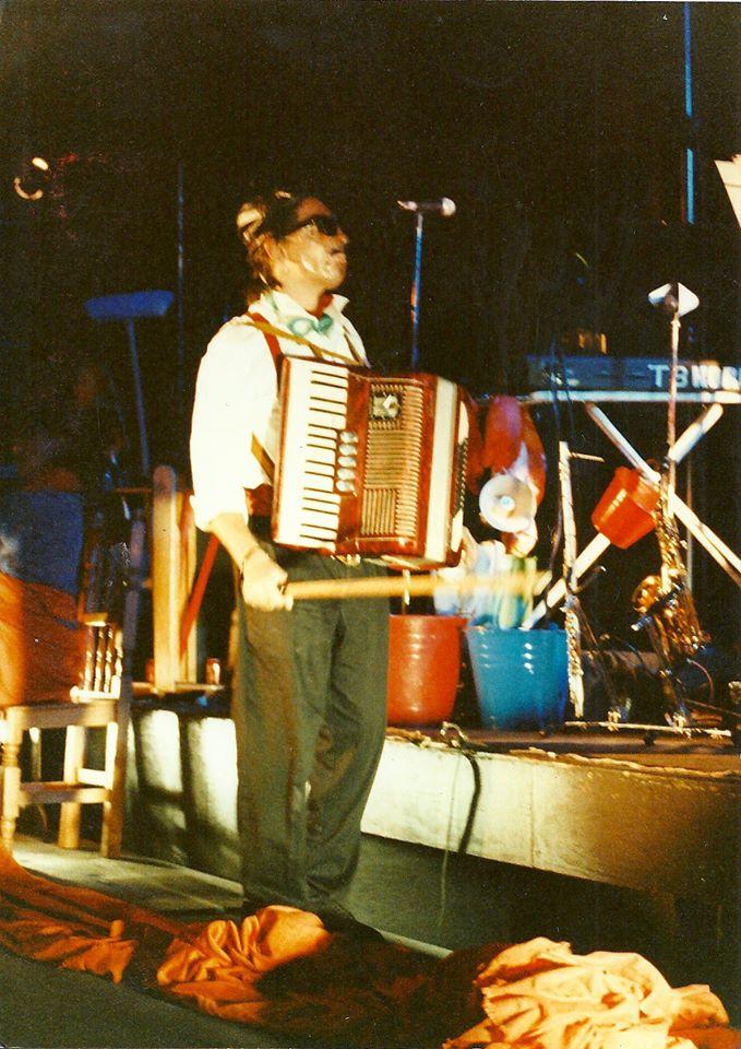 •Palabuniyan Kulintang Ensemble. Foto. Raíces, de Radio Bilingüe.