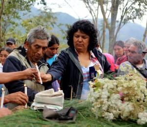 Berta Cáceres en la región de Río Blanco, en el occidente de Honduras, donde ella, el COPINH  y el pueblo de Río Blanco habían mantenido una lucha de dos años para detener la construcción del proyecto hidroeléctrico Agua Zarca.