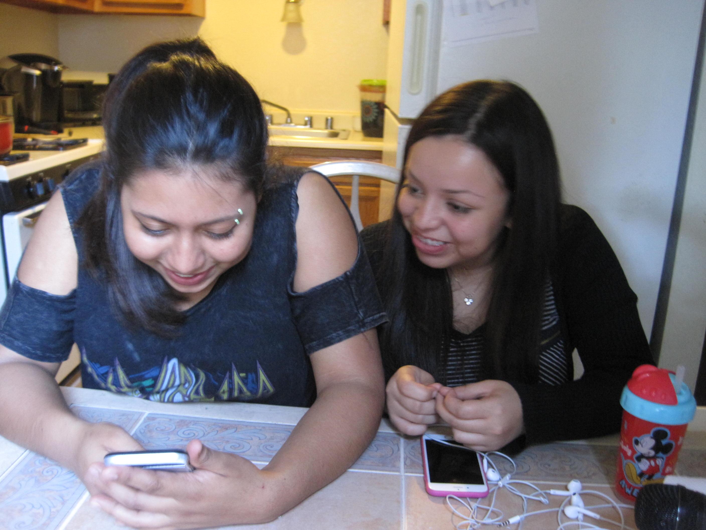 Nataly Amaya (izquierda) y Monica Cisneros (derecha) . Foto: Zaidee Stavely.
