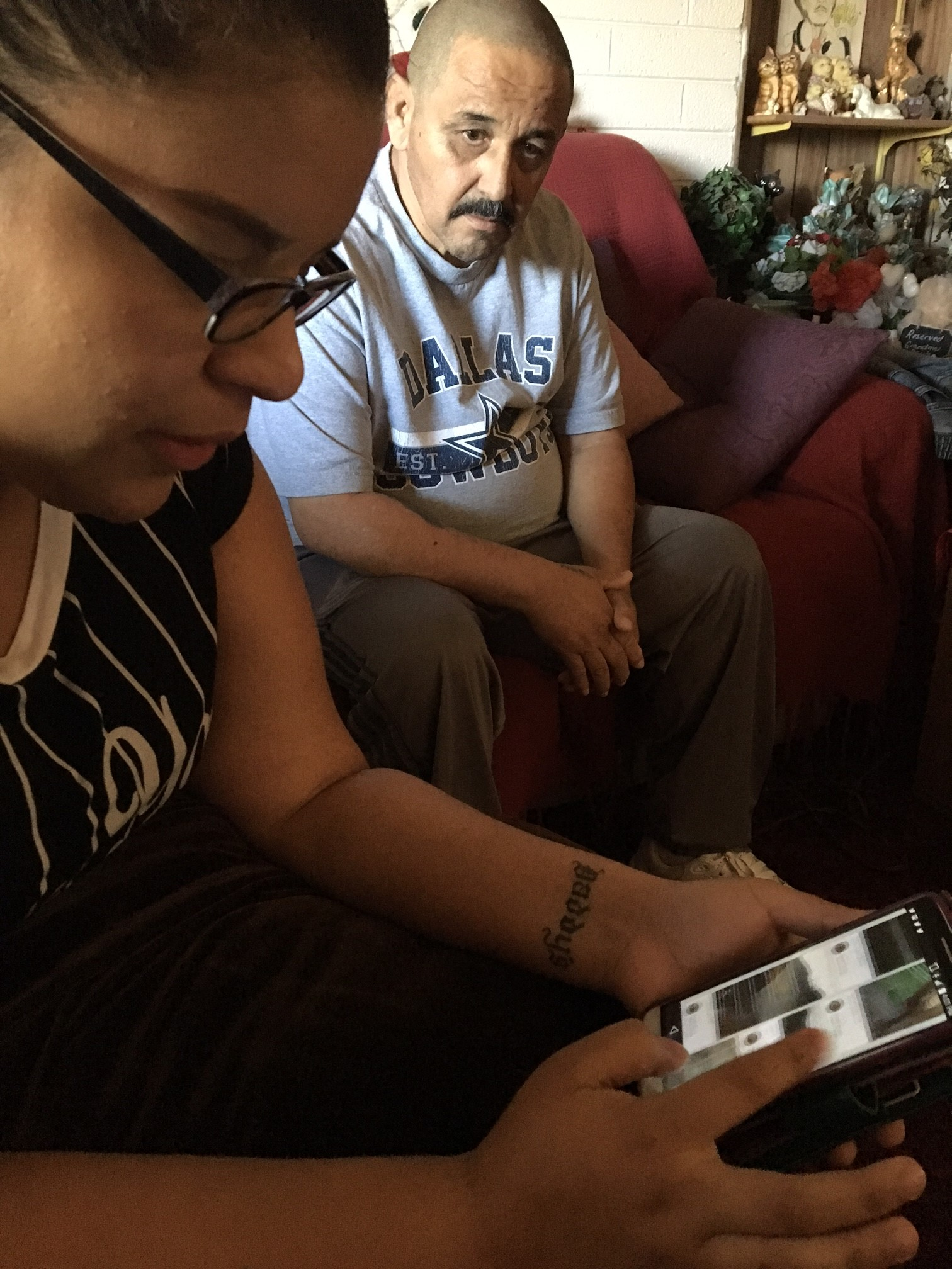 Paulita Varela, 20 años, junto a su tío Tony Varela hablando sobre el crimen de odio que se cometió contra Juan Varela -padre de la joven- en el 2010. Foto: Valeria Fernández.