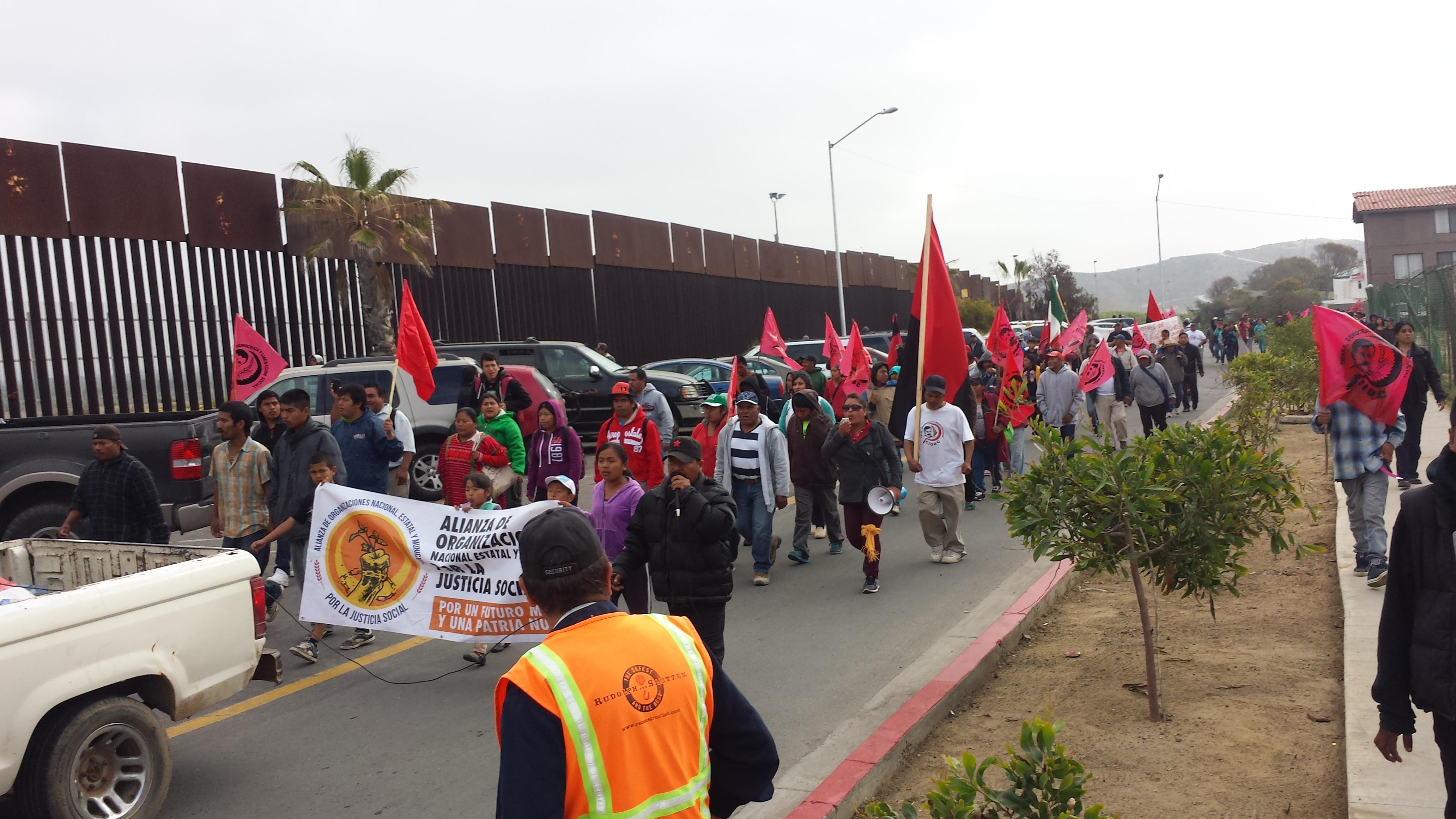 Marcha de jornaleros de San Quintín se acercan por la línea  a Playas de Tijuana. Foto: Rubén Tapia.