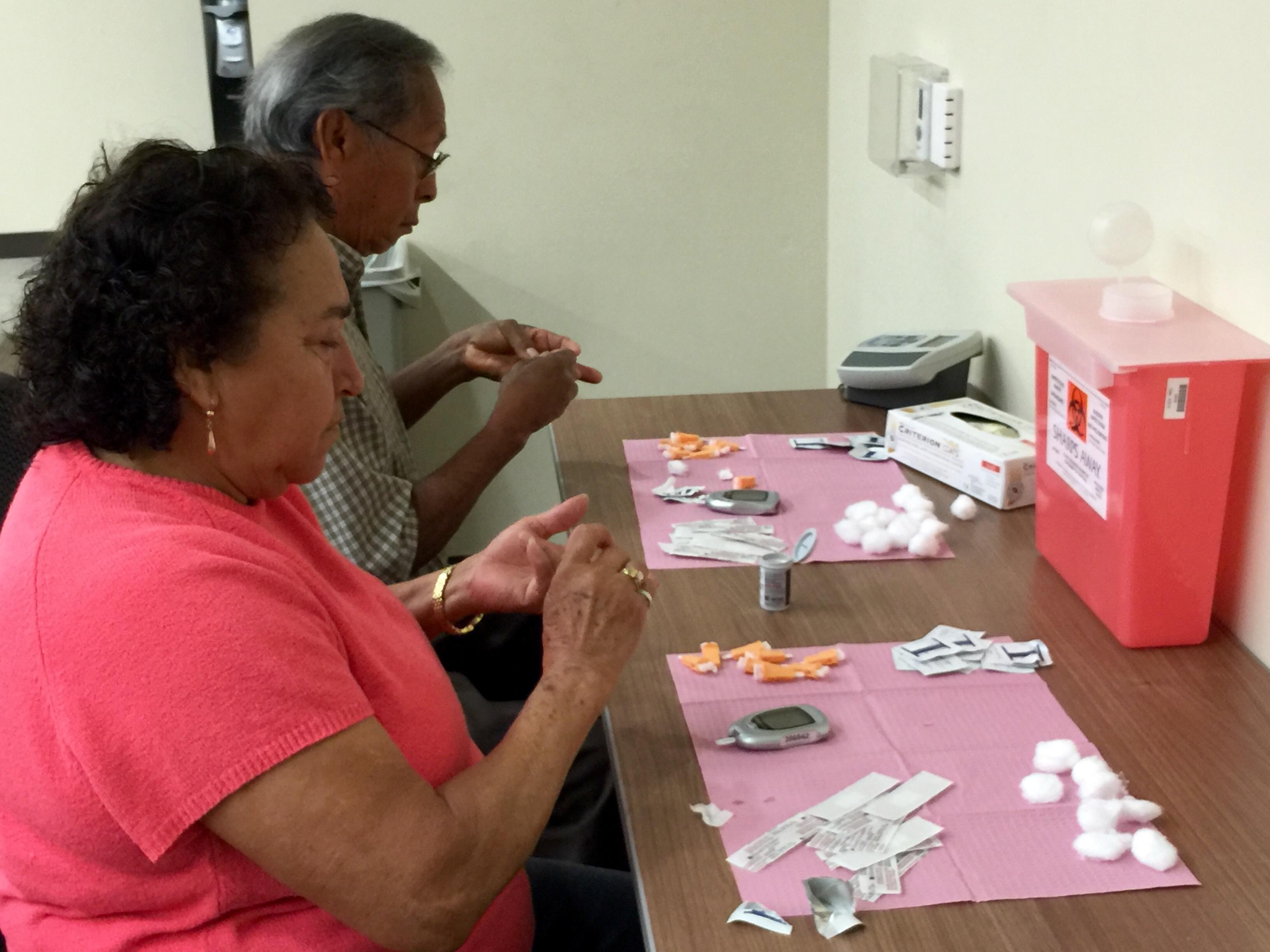 Se hacen la prueba de la diabetes. Foto: Araceli Martínez.