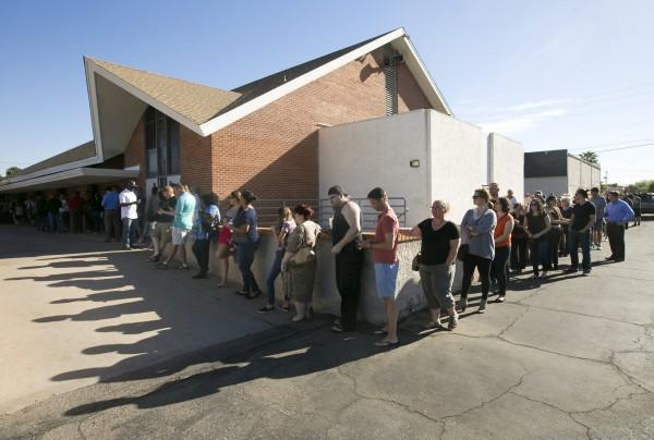 Latinos hacen línea de espera para votar en el Memorial Presbyterian Church, en Phoenix, Arizona.