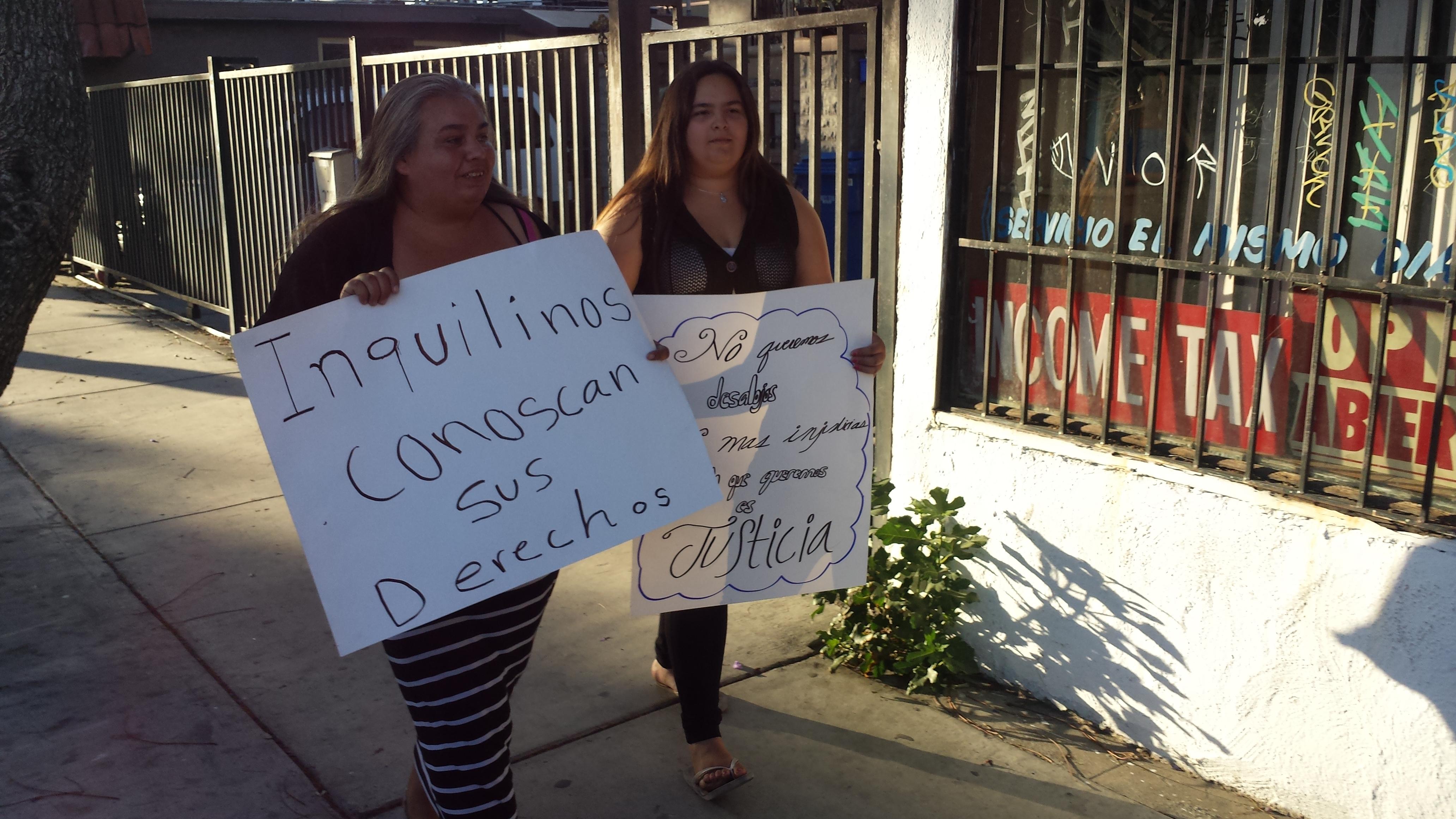Carolina Rodríguez y su hija  luchan por que no las desalojen. Foto: Rubén Tapia.