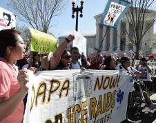 Manifestantes en favor de un fallo favorable de la Corte Suprema para DACA y DAPA. Foto: José López Zamorano.