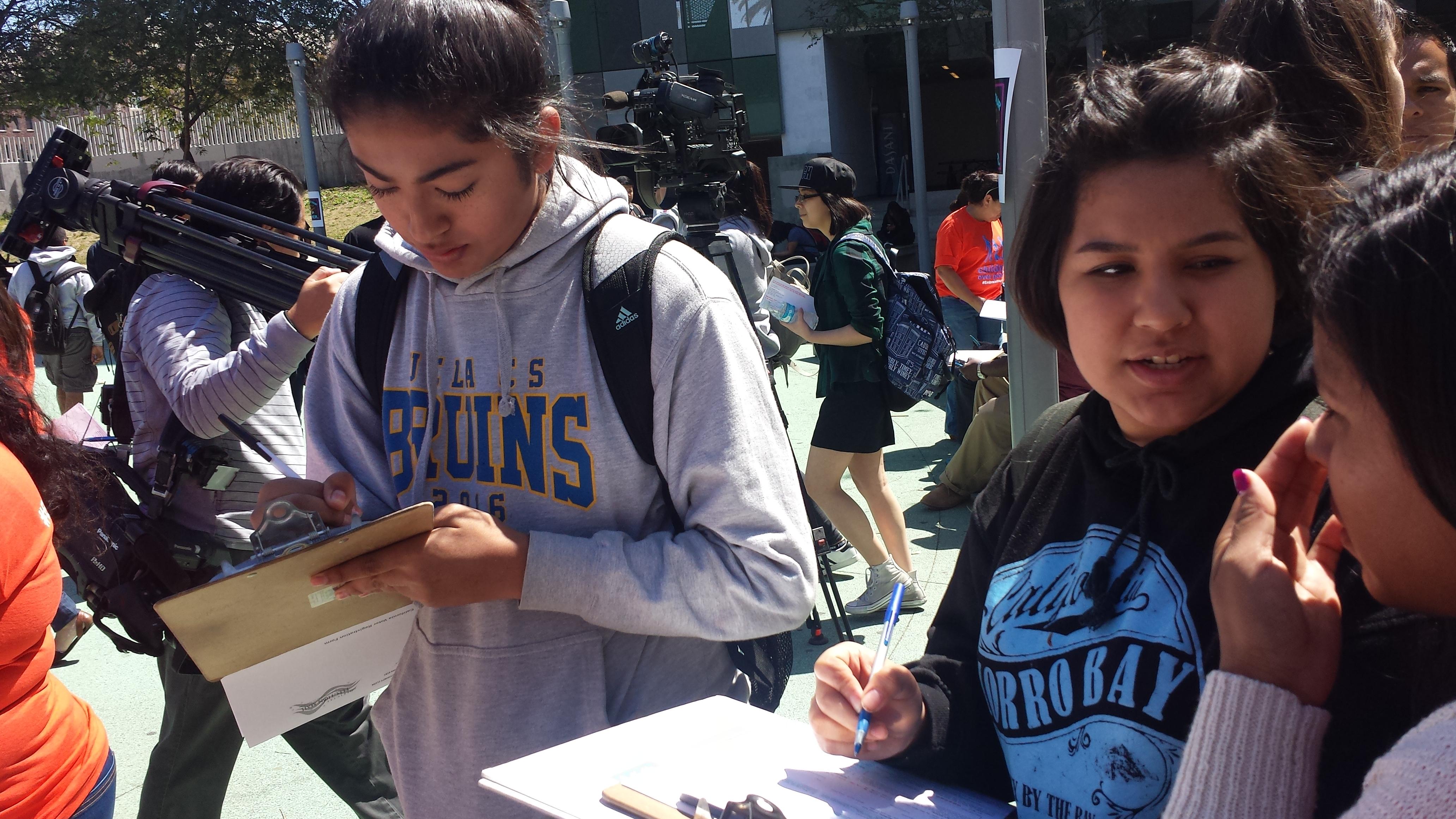 Estudiantes llenan los formularios para registrarse