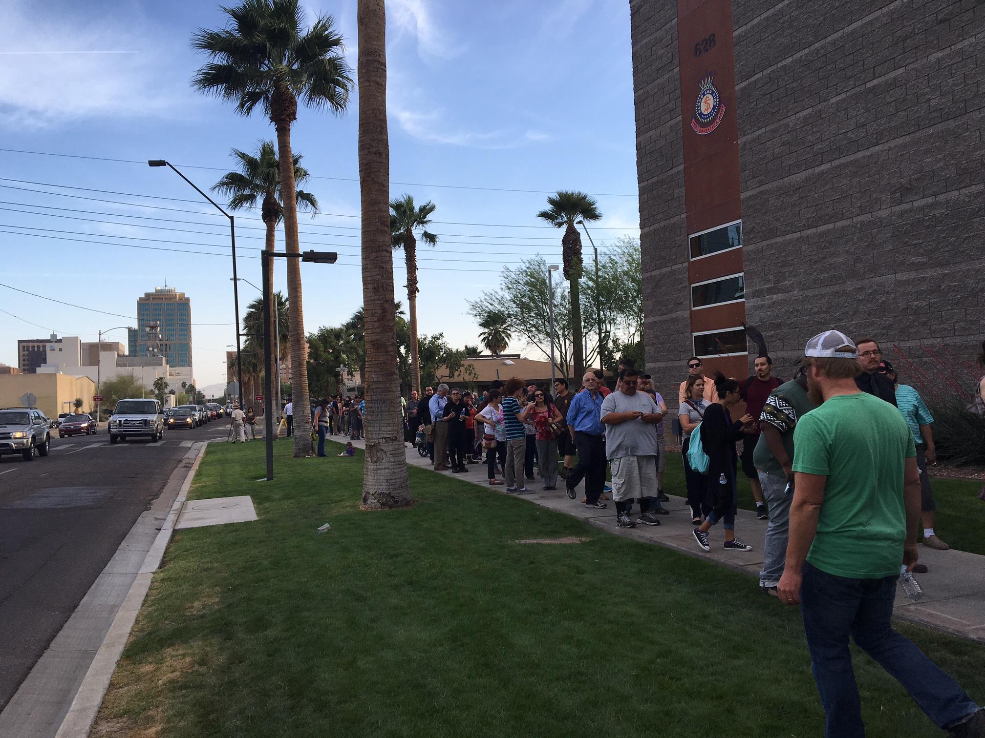 Votantes en fila fuera de un edificio que albergaba un centro de votación en el martes 22 de marzo en Phoenix, AZ. Foto: Valeria Fernández.