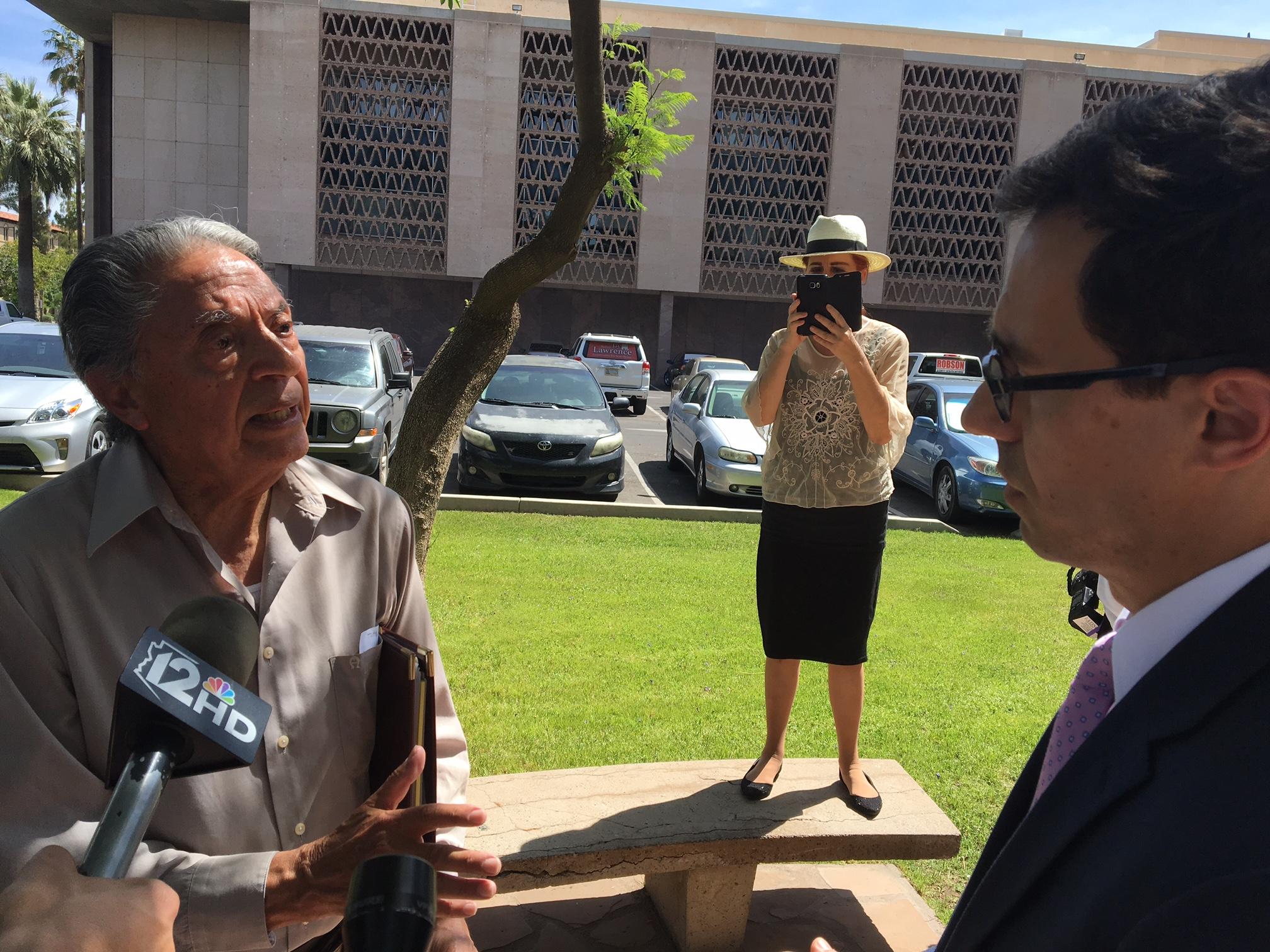 Roberto Reveles presidente fundador de Somos America (derecha de la foto) y Glenn Hamer presidente de la Cámara de Comercio de Arizona. Foto: Valeria Fernández.