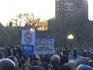 En el Washington Square Park, durante la concentración de la asistencia masiva al mitin de Bernie Sanders. Foto: Fernando Mancillas.