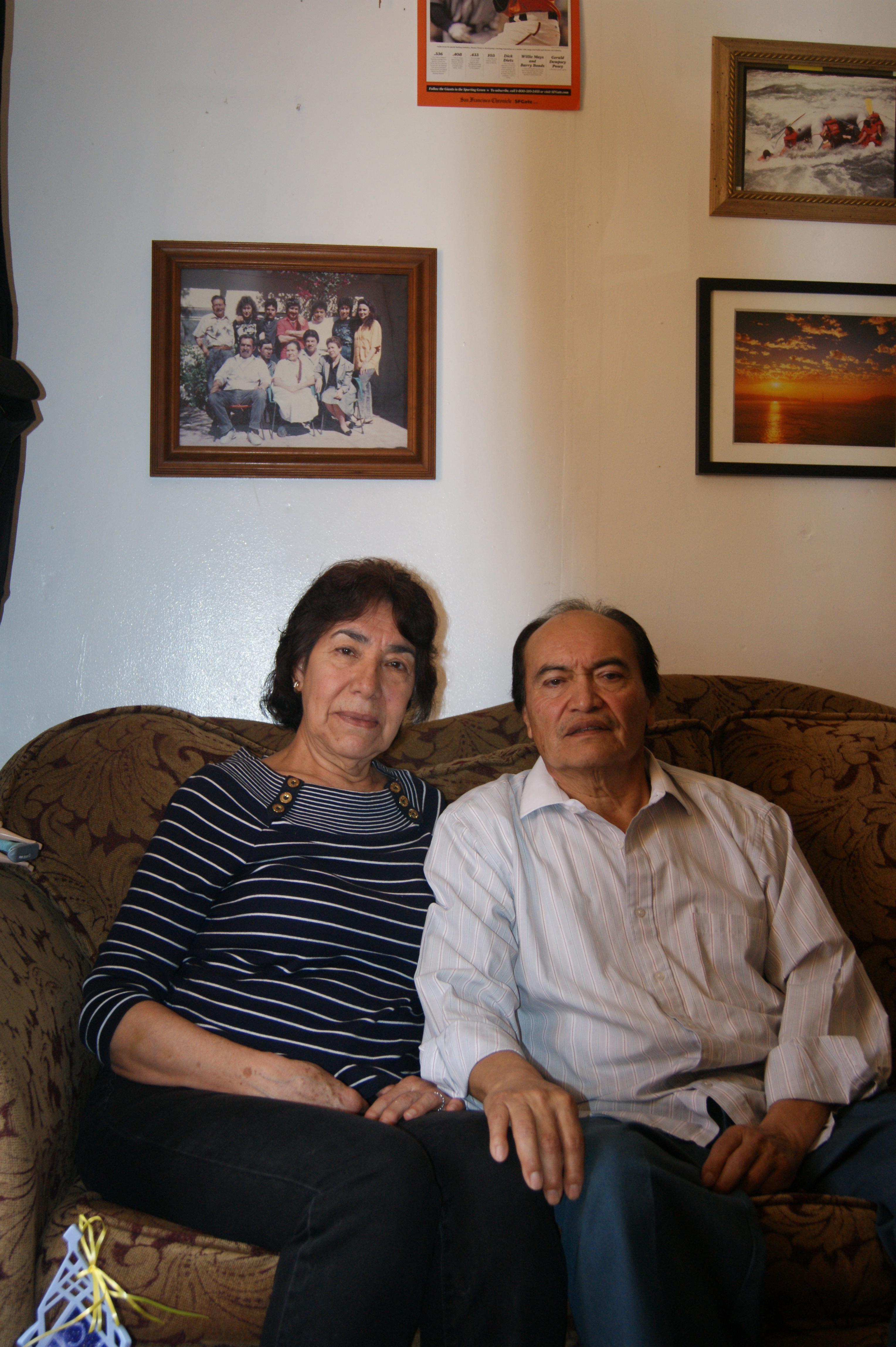Elvira y Refugio Nieto en la sala de su casa. Foto: Fernando Andrés Torres.