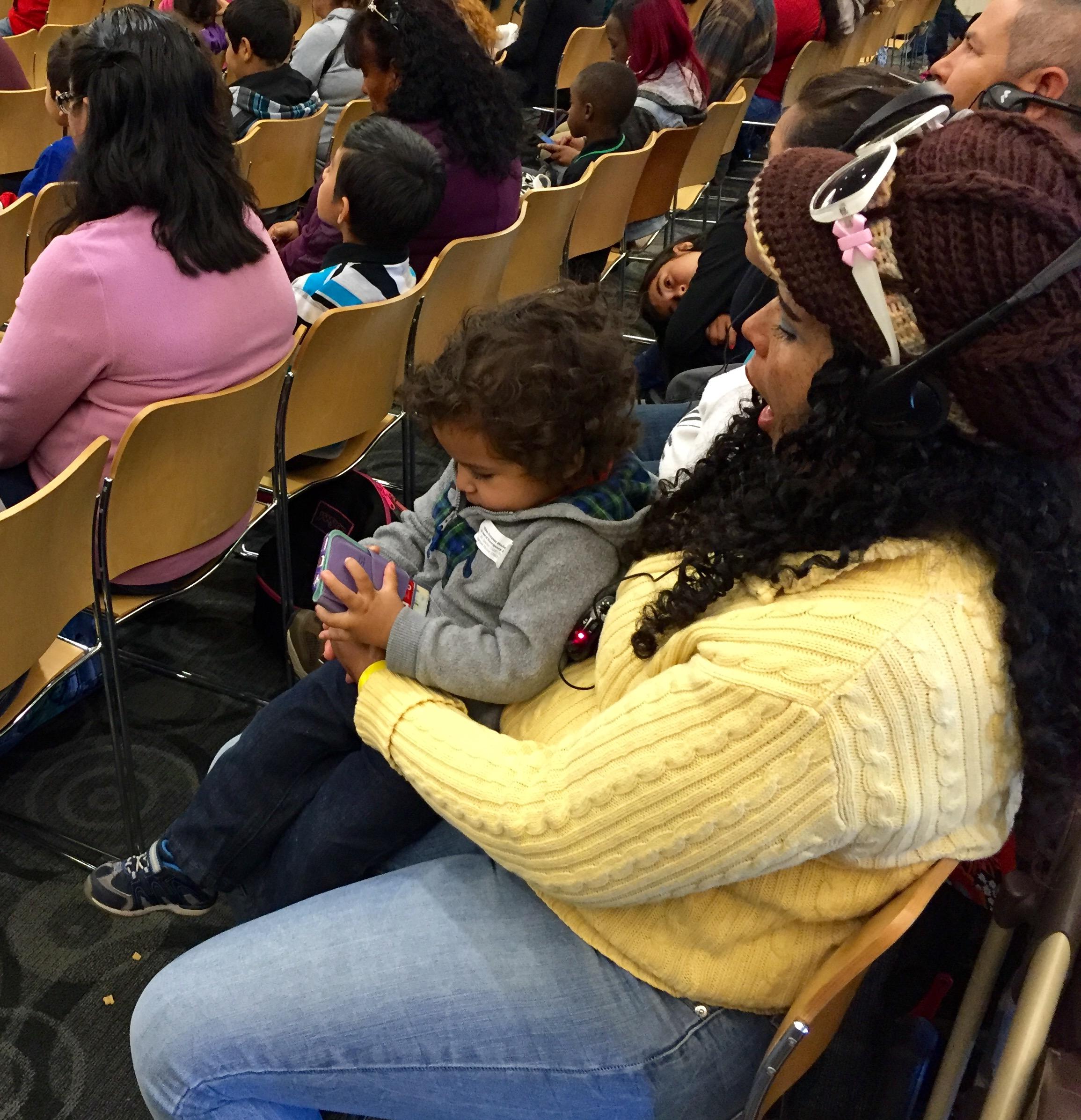El gobernador de California, Jerry Brown aprobó una ley para aumentar el porcentaje que se paga a los trabajadores por sus ausencias familiares del empleo cuando son padres o tienen un familiar enfermo. (Araceli Martínez/fotos).
