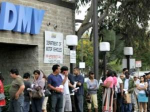 Haciendo fila para registrarse al padrón electoral de California. Foto: www.breitbart.com