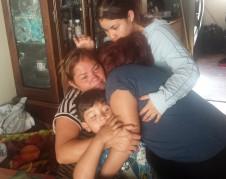 Lilian Peña, consolada por sus hijos en Los Ángeles. Foto: Rubén Tapia.