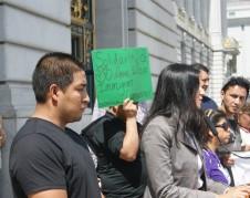 En una protesta Pedro Figueroa junto a su abogada, Saira Hussain. Foto: Fernando Torres.