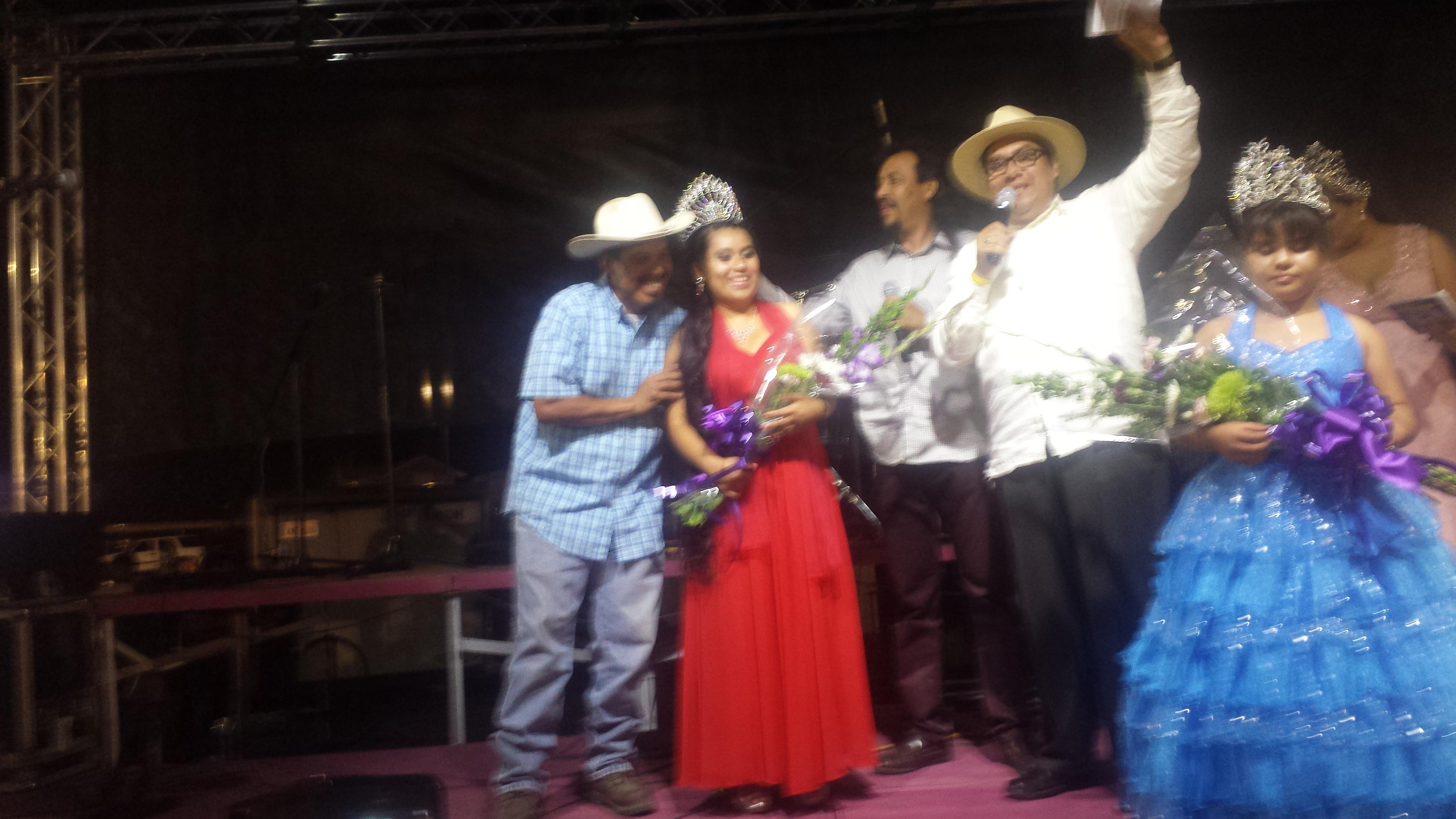 Coronación de Griselda como Reina de la Uva 2016, junto a su orgulloso padre y líder purépecha, Meregildo Ortiz. Foto: Rubén Tapia.