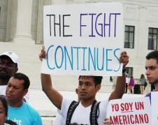 Los inmigrantes prometen continuar con la lucha después del empate judicial. Foto: José López Zamorano