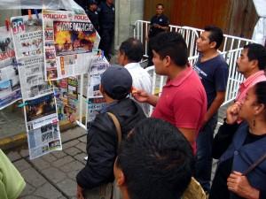 Gente leyendo los periódicos. Foto: Vladimir Flores.