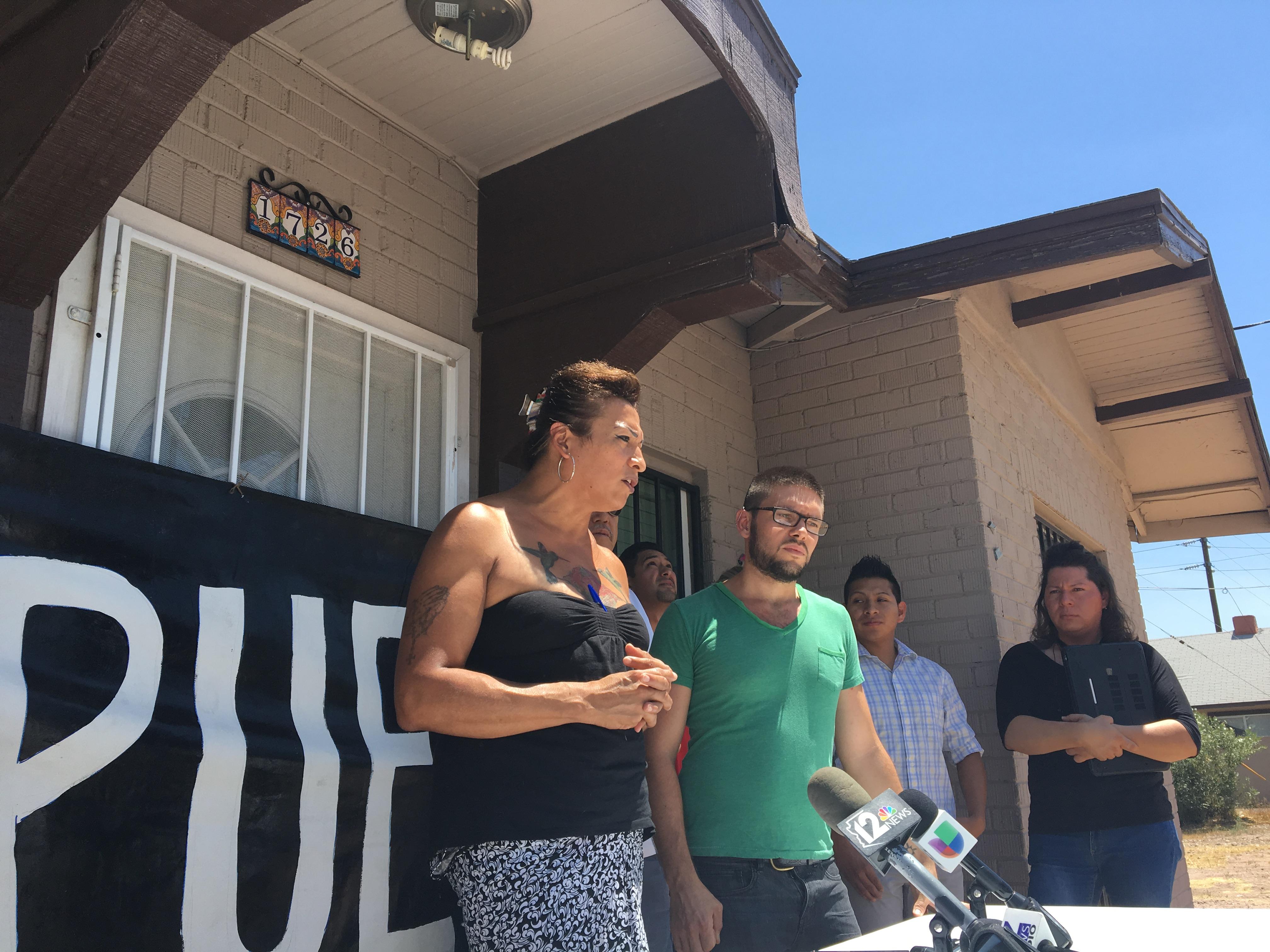 Karyna Jaramillo, coordinadora de defensa de Arcoiris Liberation Team  denuncia las condiciones en las que se encuentran detenidos personas infectadas de sarampión en Eloy, Arizona. Foto: Valeria Fernández.