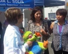 Supervisora HIlda Solís saluda a asistentes de la feria de salud en el Este de Los Ángeles. Foto: Rubén Tapia.