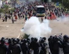 Represión policial contra maestros de la Sección 22 de la CNTE en Nochixtlán, Oaxaca. Foto: www.independent.co.uk