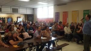 Asamblea informativa en East Porterville, moderada por Ryan Jensen del CWC. Foto: Rubén Tapia.