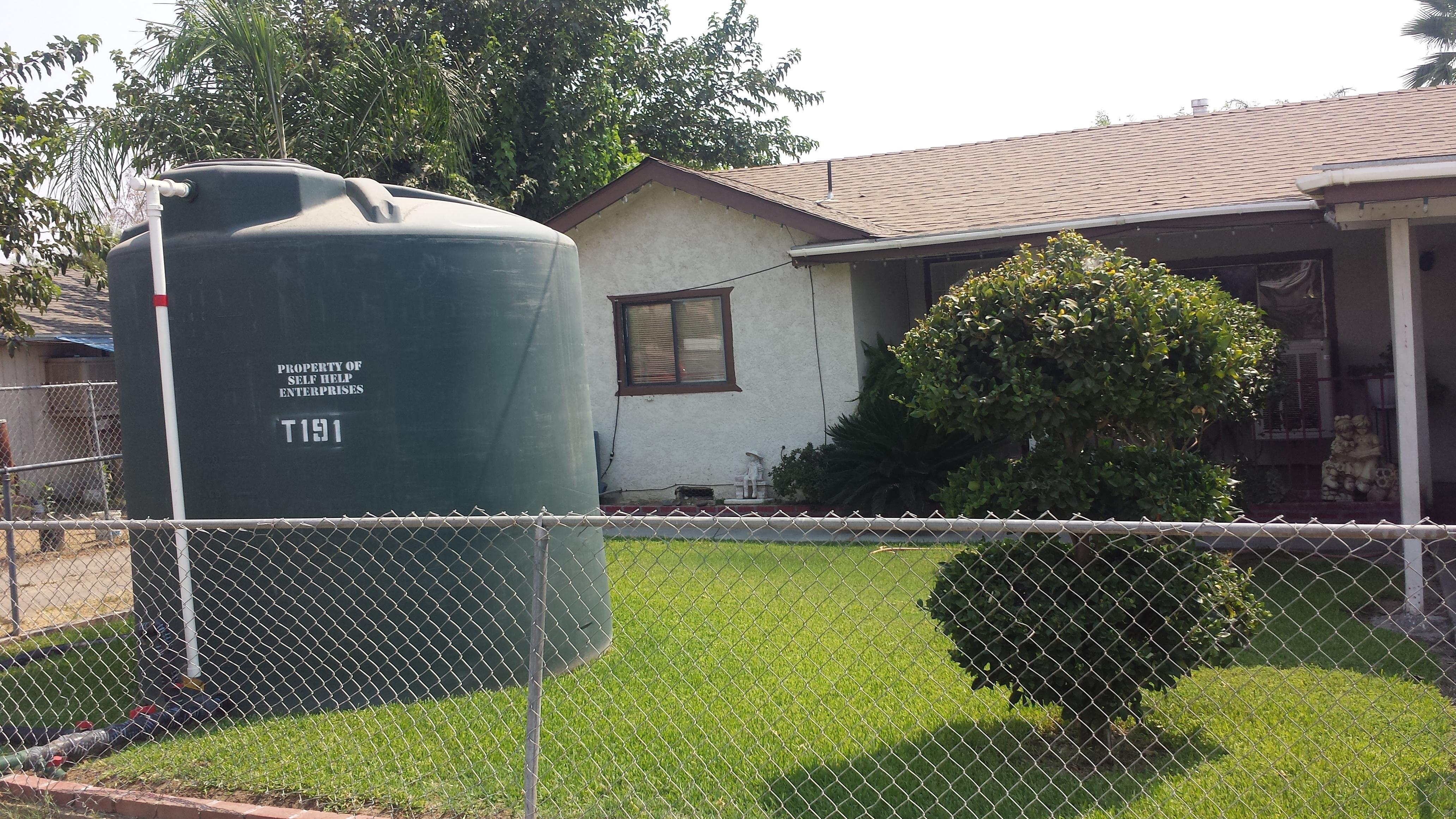 Contenedor de agua, proporcionado por el gobierno para ayudar a residentes cuyos pozos se secaron.