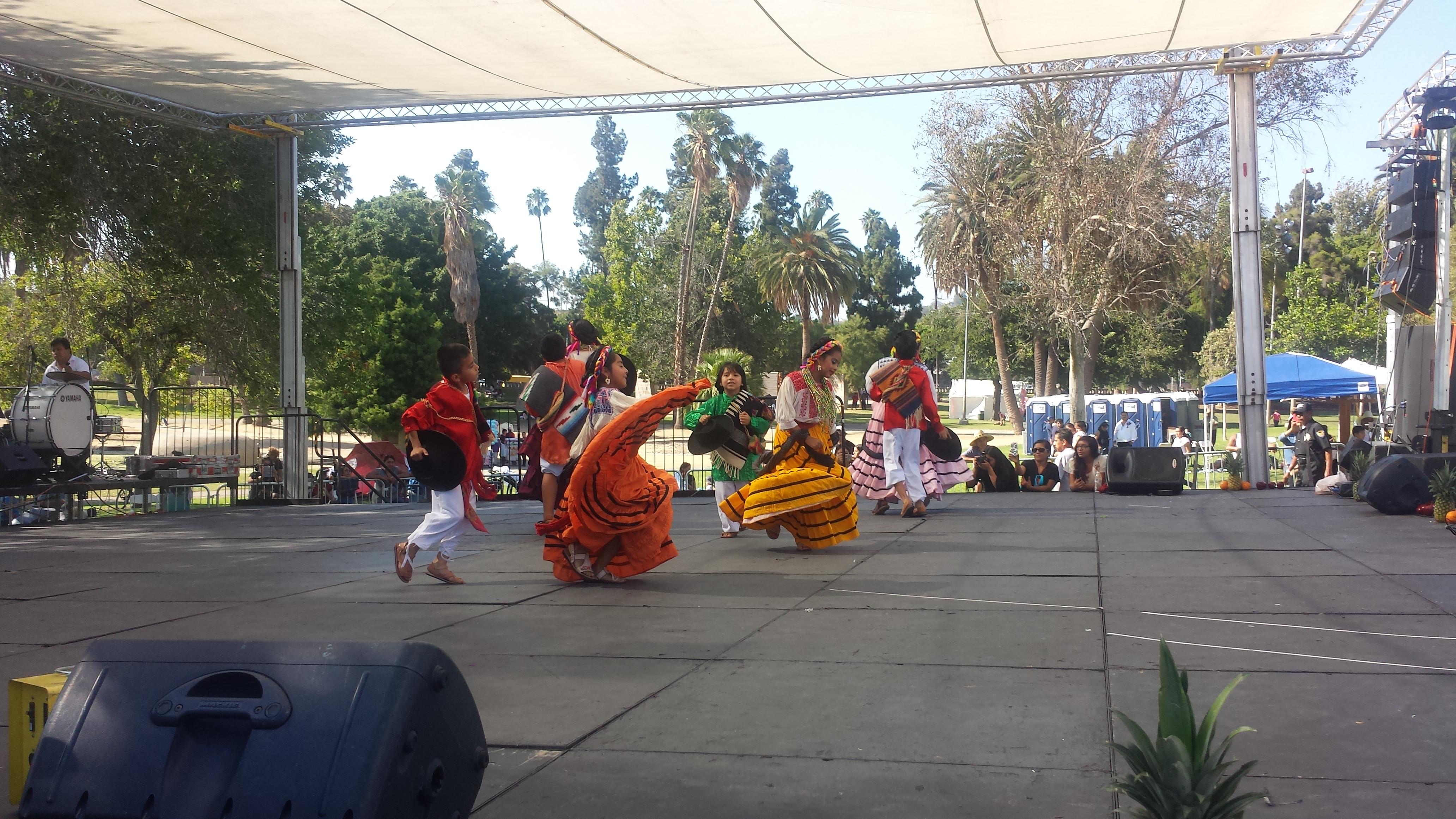Niños oaxacalifornianos bailan durante a Gulaguetza infantil. Foto: Rubén Tapia.