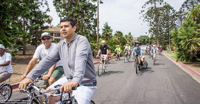 El regidor y candidato alcalde latino David Alvarez, en reciente viaje en bicicleta. (Foto-Cortesía: San Diego Free Press).