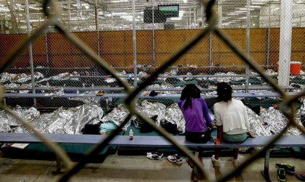 Niños detenidos en una de las facilidades de la Patrulla Fronteriza en Brownsville, Texas. Foto: www.pbs.org