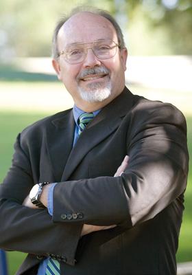 Gonzalo Santos, sociólogo y profesor de la Universidad Estatal de California en Bakersfield (UCB). Foto: UCB