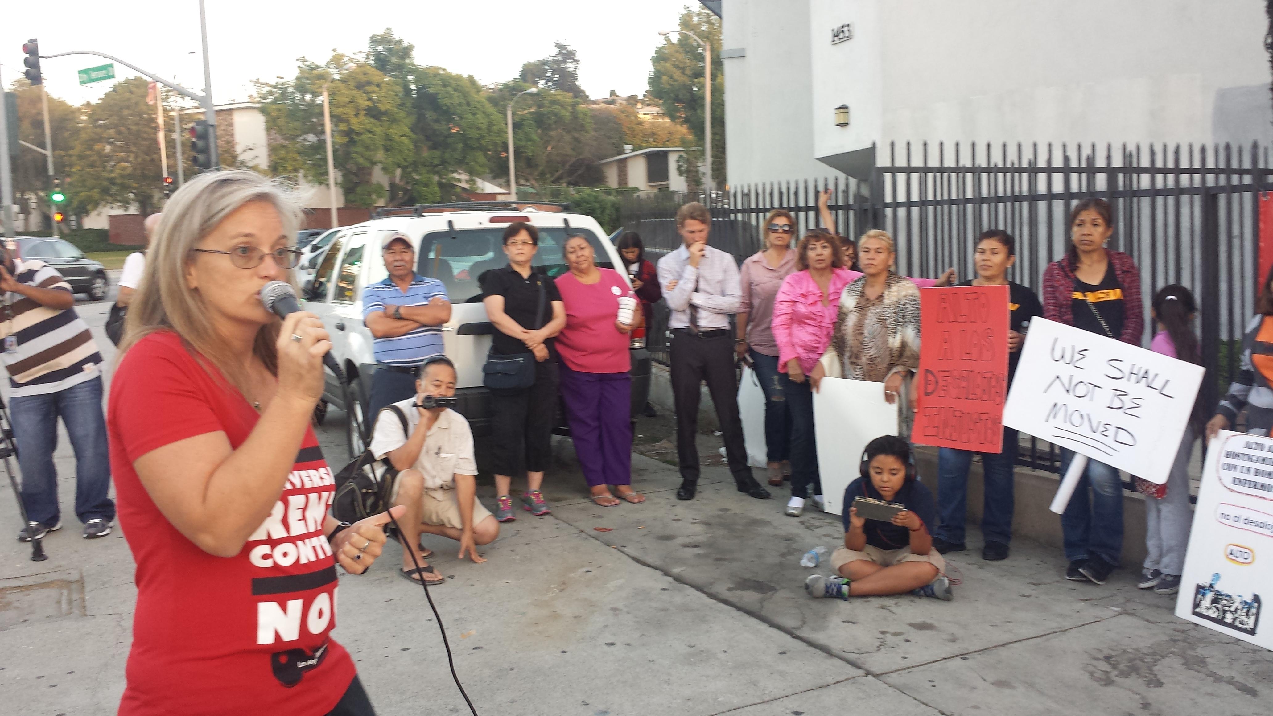 Elizabeth Blaney, directiva de Inquilinos Unidos se dirige a vecinos y activistas pro vivienda justa. Foto: Rubén Tapia.