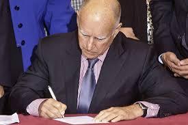 El gobernador Jerry Brown firma históricas legislaciones. Foto: blog.cesinaction.org