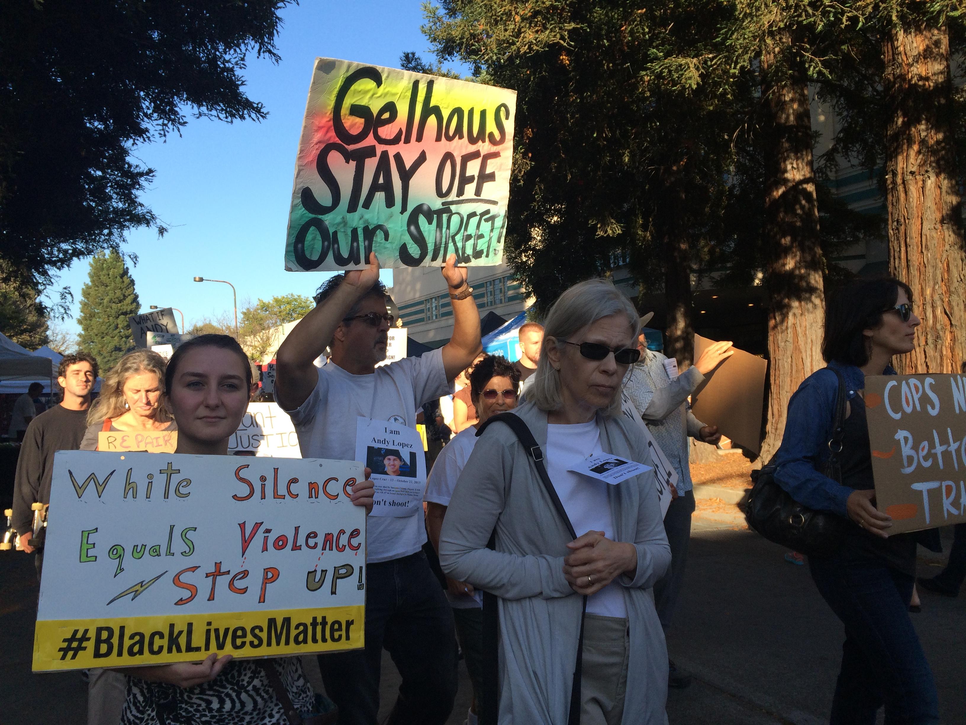 Manifestantes se reúnen en Santa Rosa después de saber del ascenso de Erick Gelhaus al puesto de sargento. Foto: Farida Jhabvala Romero/KQED.