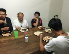 """El padre Alejandro Solalinde junto a Andrea González, de la organización Ustedes Somos Nosotros, con quien unió fuerzas para abrir el albergue, """"Adolescentes en el Camino""""."""