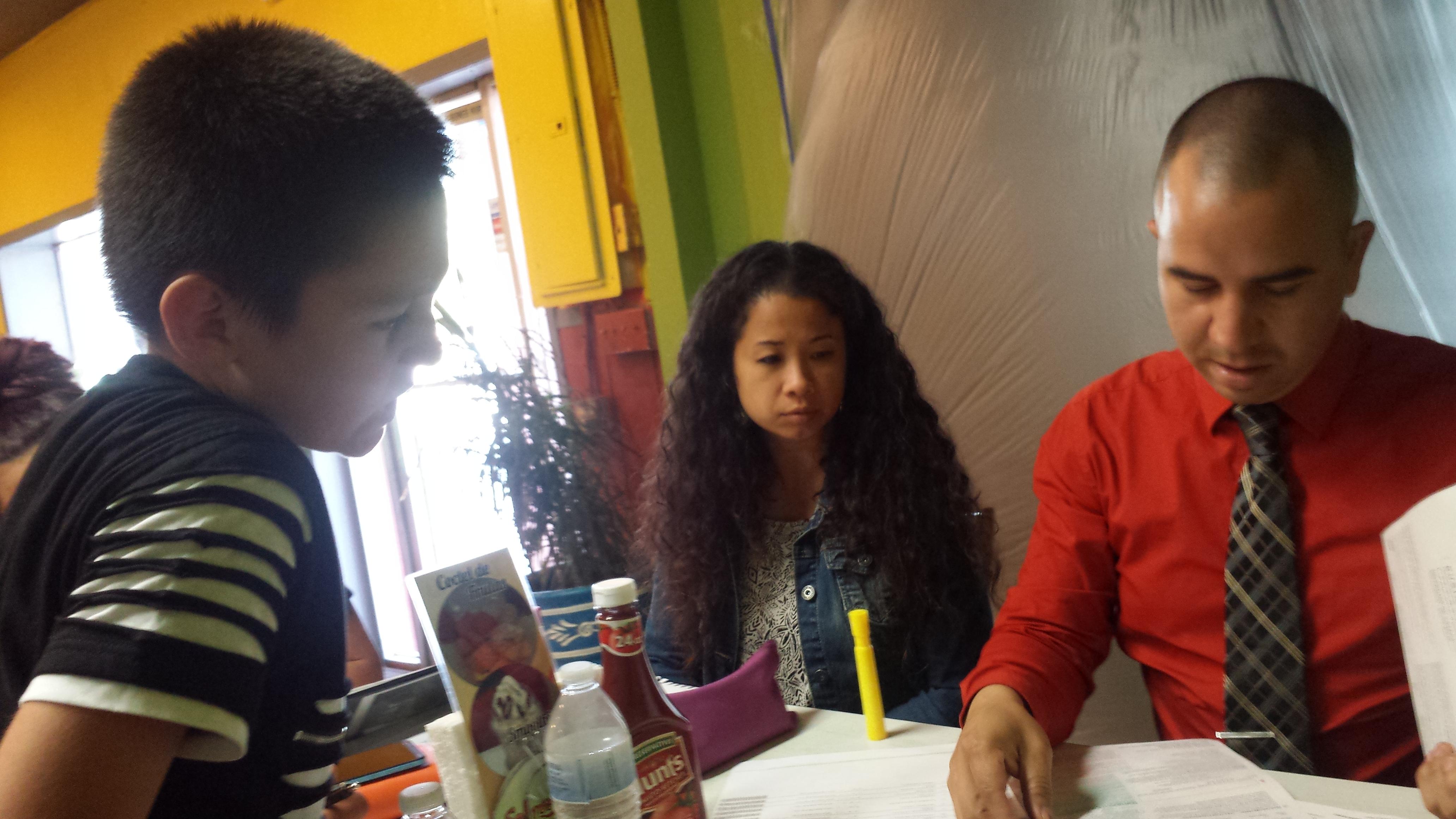 Isaiah Rocha Morales, joven activista recibe instrucciones sobre cómo registrar votantes. Foto: Rubén Tapia.