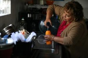 Mujer latina de California que carece de agua potable en las llaves de su casa. Foto: Social media.