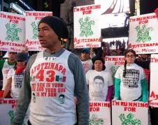 Antonio tizapa y mexicanos que apoyan su lucha.  Foto: Somos los otros NY