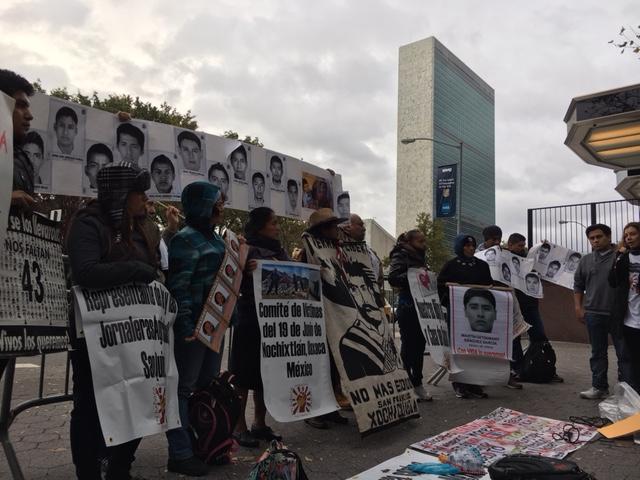 Miembros de la Caravana contra la Represión en México frente a la ONU.