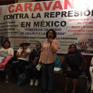 Con el micrófono, la profesora Miriam Hernández Neri, del Movimiento Magisterial Contra la Reforma Educativa en la ciudad de México, en un salón de la Iglesia San Francisco del Midtown de Manhattan.