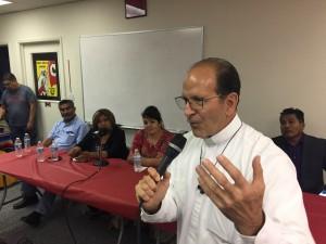 Padre Alejandro Solalinde en el Salón de la Unión de Campesinos, en Madera, California. Atrás, y entre otros, Nestora Salgado. Foto: Samuel Orozco.